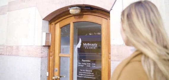 Kvinna på väg in på MyBeauty Clinic för att boka en injektionsbehandling.