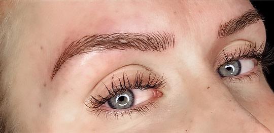 Resultatet efter en behandling med 3D Microblading för ögonbryn