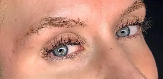 Före en behandling med 3D Microblading för ögonbryn