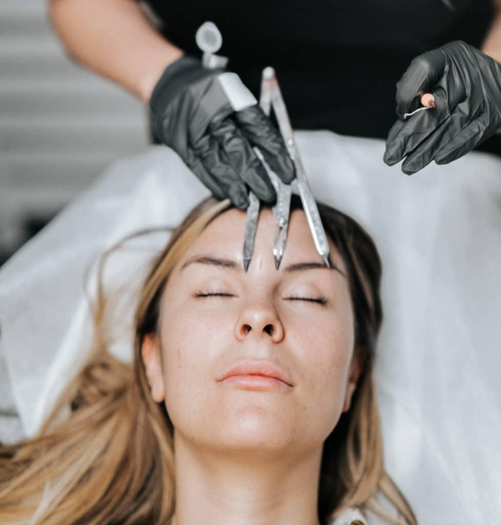 Utbildningsledare Dejana Vasic visar upp verktyg och instrument som används vid 3D Microblading och Kosmetiska tatueringar
