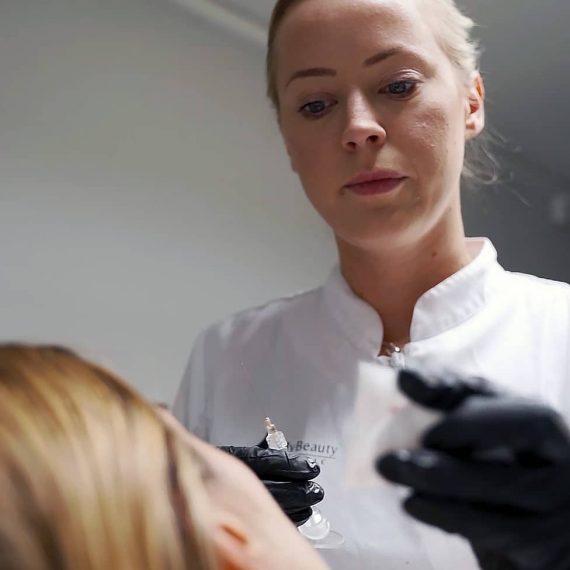 Karin Johansson behandlar dubbelhaka med belkyra på MyBeauty Clinic i Göteborg.