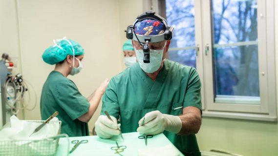 Leif Gylbert utför plastikkirurgi i Stockholm